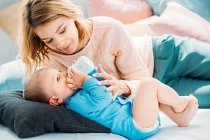 给宝宝转奶要讲究方法,掌握这些会更顺利
