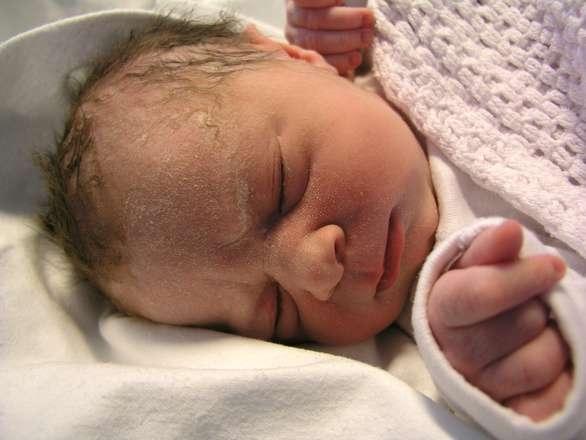 婴儿6个月内不要穿分体新生儿穿衣会碰上哪些误区